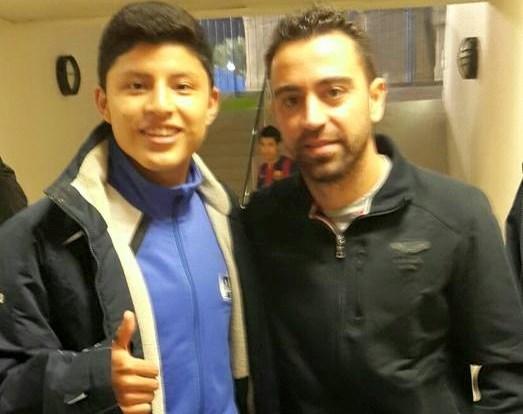 Brölin Wynalda Valdizón posa junto a Xavi Hernández, ex jugador del Barcelona. (Foto Cortesía Brölin Valdizón)