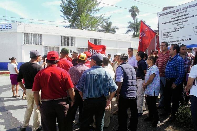Trabajadores de Salud protestan en la ciudad de Jalapa para exigir recursos. (Foto Prensa Libre: Hugo Oliva)