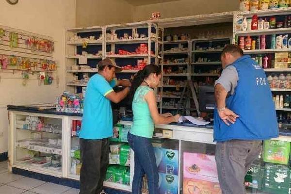 <p>trabajadores de la Procuraduría de Derechos Humanos supervisan precios en Chiquimula.</p>