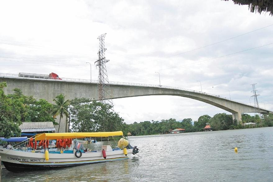 Puente de Río Dulce considerado el más grande de Centroamérica, mide un kilómetro y comunica con el  departamento de  Petén.