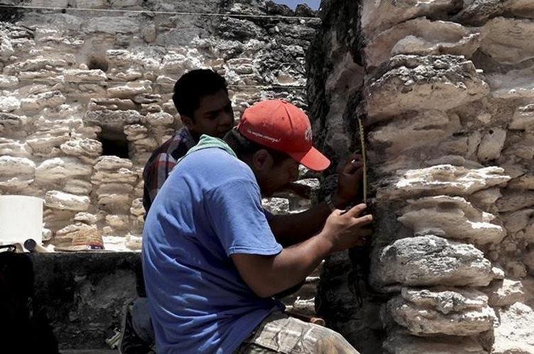 Personal técnico del Parque Nacional Tikal trabajando en una de las estructuras de la Acrópolis Norte. (Fotografía Prensa Libre: Alvaro González)