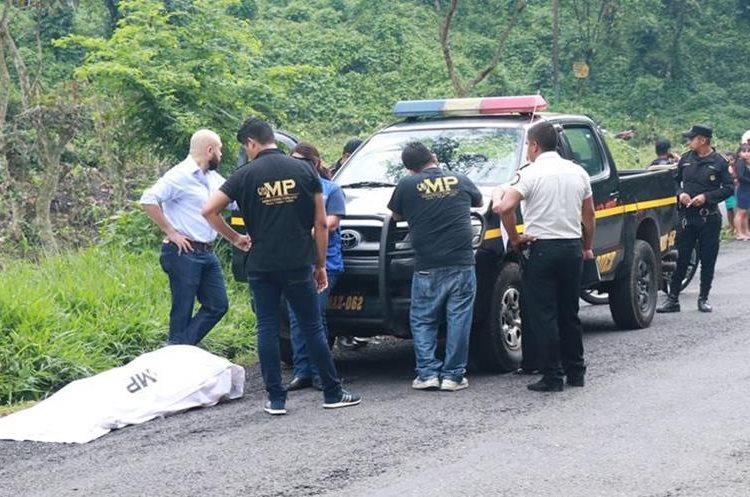 Fiscales del MP y agentes de la PNC investigan la muerte de Darling Leticia Rodas Juárez. (Foto Prensa Libre: Cristian I. Soto)