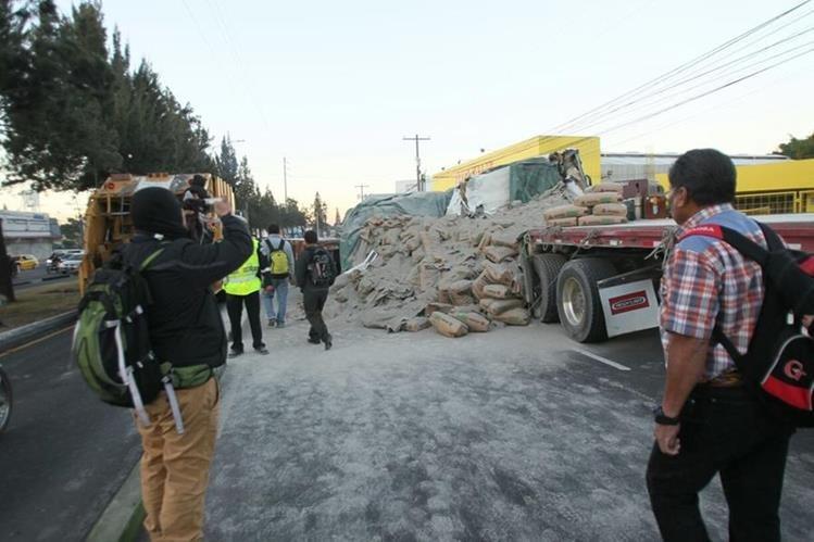 Sacos de cemento quedaron sobre la vía. (Foto Prensa Libre: Érick Ávila)