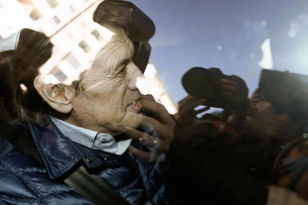 El expresidente de Osasuna Miguel Archanco en el coche policial donde fue trasladado a los juzgados de Pamplona. (Foto Prensa Libre: EFE)