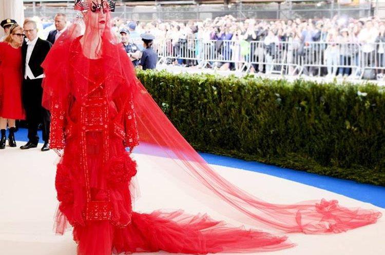 Katy Perry, lució un extravagante diseño rojo hecho a la medida de Maison Margiela por John Galliano que incluyó un velo de encaje. (Foto Prensa Libre:Getty Images)