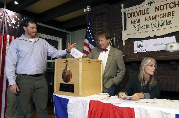 Clay Smith,primer votante en depositar su papeleta para las elecciones presidenciales.(EFE).