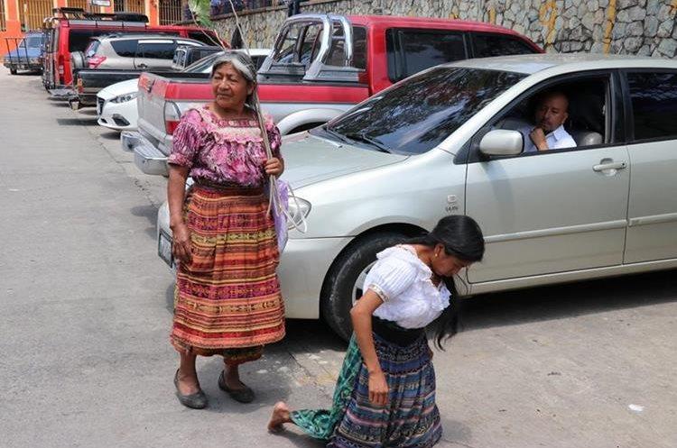 Lucrecia Xicay se movilizó en sus rodillas como parte del castigo que le aplicaron las autoridades indígenas. (Foto Prensa Libre: Héctor Cordero)