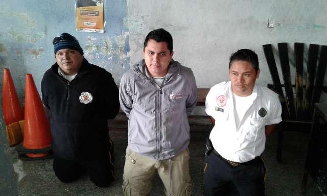 Los detenidos son trasladados a una subestación de la PNC en Flores, Petén. (Foto Prensa Libre: Rigoberto Escobar)
