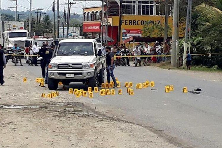 Autoridades resguardan el lugar donde se produjo la balacera en Puerto Barrios, Izabal. (Foto Prensa Libre: Dony Stewart)