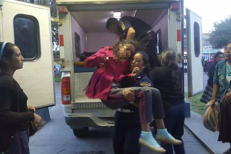 Estudiantes de la escuela San Rafael, San Antonio Sacatepéquez, San Marcos, son llevados al Hospital Nacional local. (Fotos Prensa Libre: CBMD)
