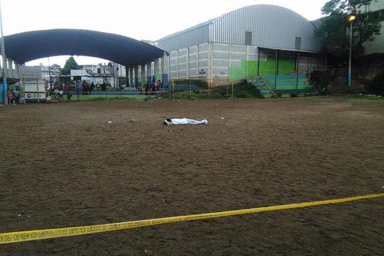 El cuerpo de la víctima quedó a inmediaciones del campo de fútbol de la colonia La Libertad, zona 13. (Foto Prensa Libre: Estuardo Paredes)
