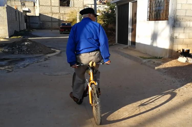 Desde joven Oscar García maneja en esta posición la bicicleta. (Foto Prensa Libre)
