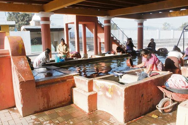 Amas de casa de la aldea San Miguel Morazán, El Tejar, acuden a un tanque municipal porque carecen de agua entubada.