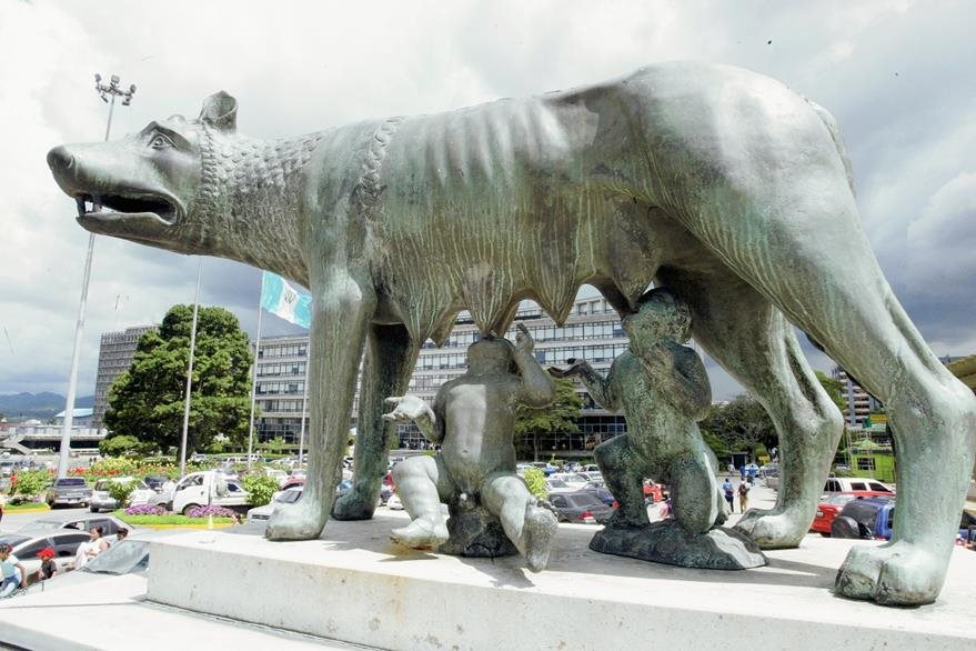 "Monumento de ""La Loba"", frente a la comuna capitalina (Foto: Hemeroteca PL)"
