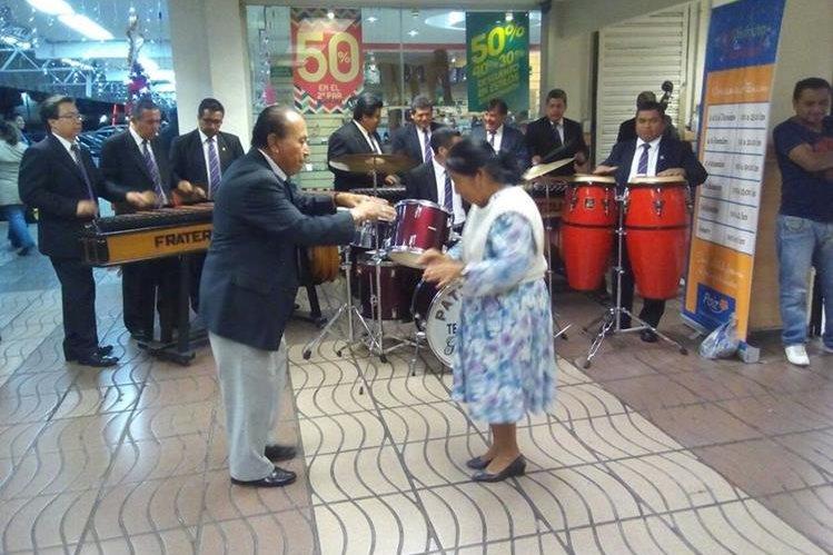 Sin importar el lugar, Macario Chitay y su esposa Clara Luz Hernández bailan hasta seis horas al ritmo de la marimba.(Foto Prensa Libre: cortesía)