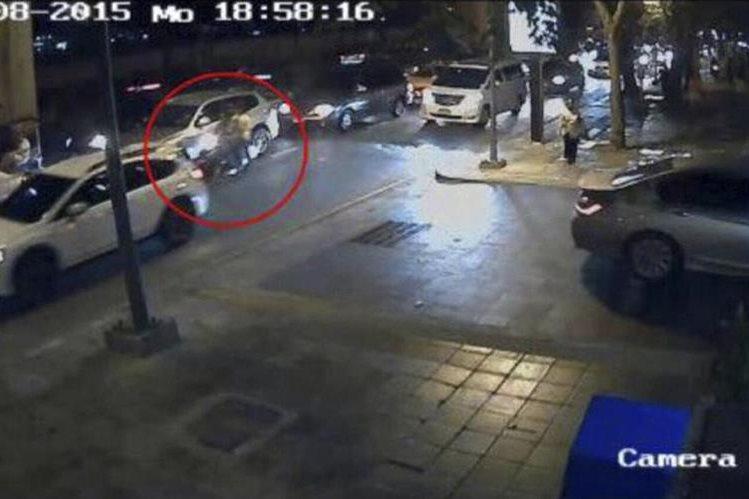 La imagen tomada de una de las cámaras de seguridad muestran a los sospechosos de perpetrar el atentado en Bangkok. (Foto Prensa Libre: AP).