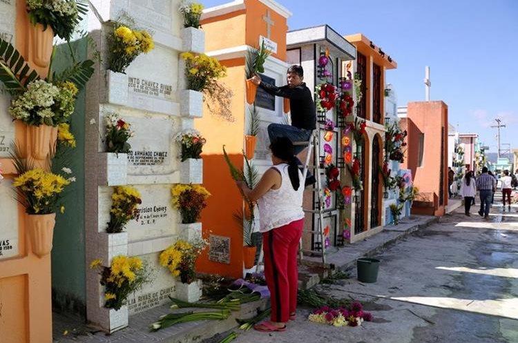 Visitantes limpian tumbas de sus seres queridos
