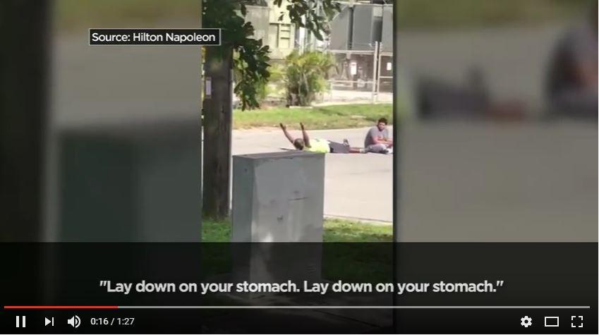Captura del video donde Charles Kinsey luce tendido en el suelo con las manos hacia arriba. (Foto: Youtube).