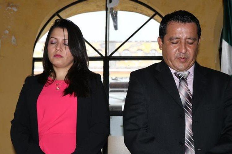 Vannesa Marín Lemus, nueva gobernadora de Suchitepéquez, participa en una oración junto al exgobernador Luis Herrera. (Foto Prensa Libre: Cristian Icó).