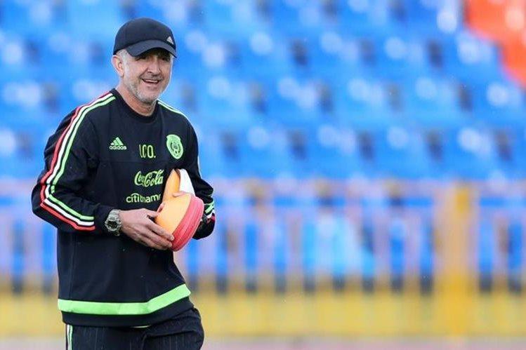 Juan Carlos Osorio durante la práctica de la Selección de México previo al juego contra Nueva Zelanda. (Foto Prensa Libre: EFE)