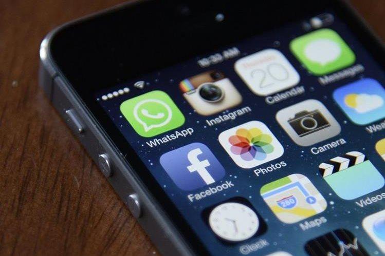 Los teléfonos inteligentes y otros dispositivos pudieron convertirse en herramienta de espionaje, según WikiLeaks. (Foto Prensa Libre: EFE)
