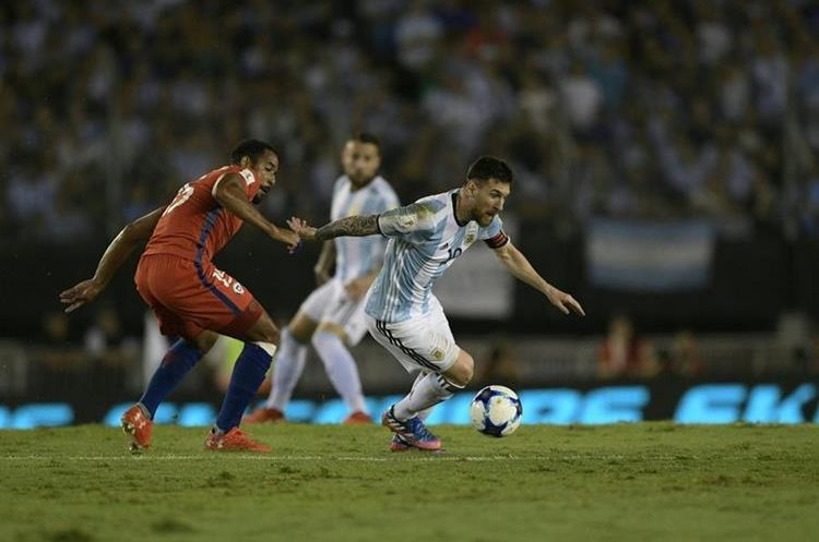 Messi conduce la pelota frente a Jean Beasejour.