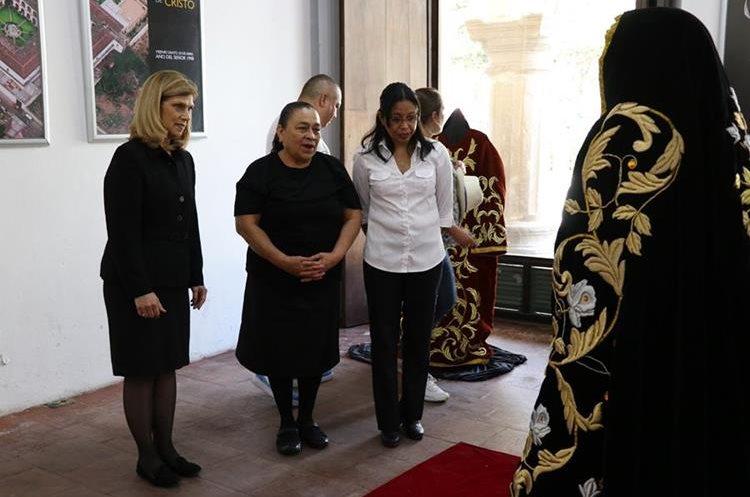 La exposición de fotografías y enseres del Señor Sepultado y Virgen Santísima de Soledad comenzó en Antigua Guatemala.(Prensa Libre: Julio Sicán)
