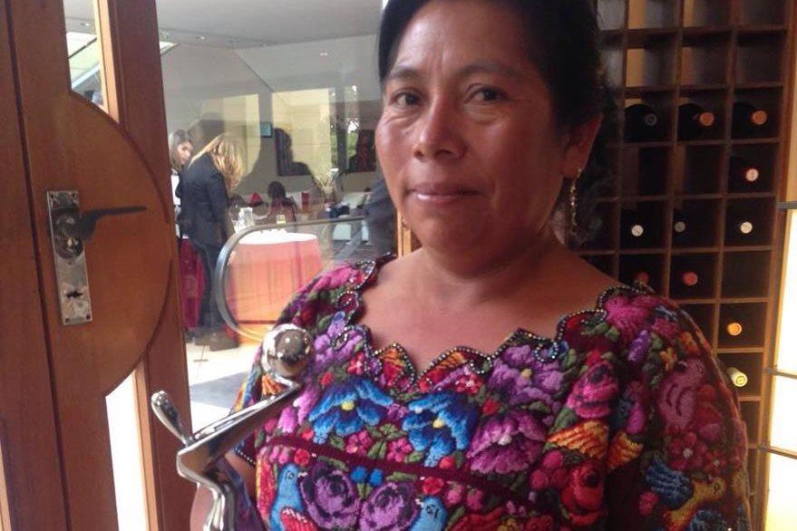 María Telón, Juana en la cinta, también se fotografió con el premio.