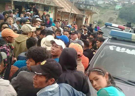 Líderes de San Mateo Ixtatán dialogan con agentes de la PNC. (Foto Prensa Libre: Cortesía)