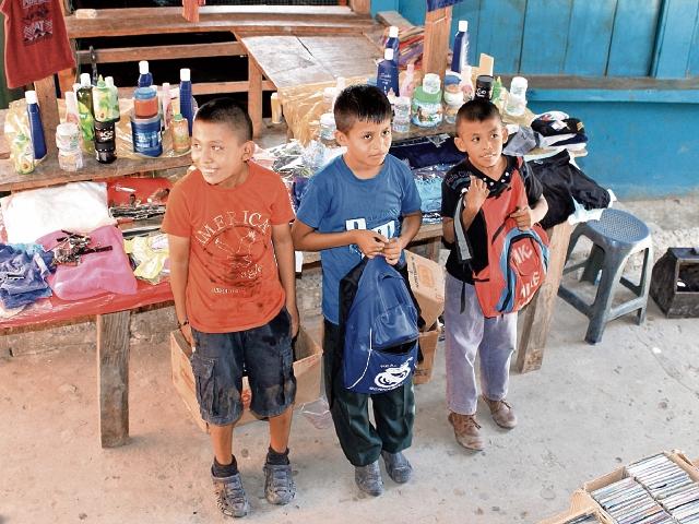 Los hermanos Aníbal Misael, Jesús Eslí y Nelson Antonio Tacam Sapón, sueñan con convertirse en maestros. (Foto Prensa Libre: Walfredo Obando).