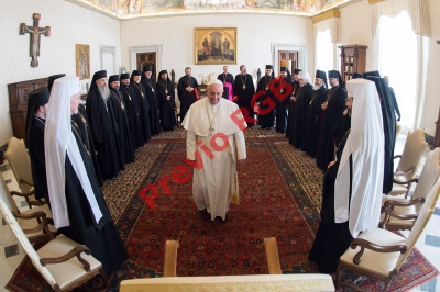 El papa Francisco este viernes en una audiencia con clérigos ortodoxos y obispos de Ucrania. El pontífice condenó el pago de salarios precarios a los más pobres.