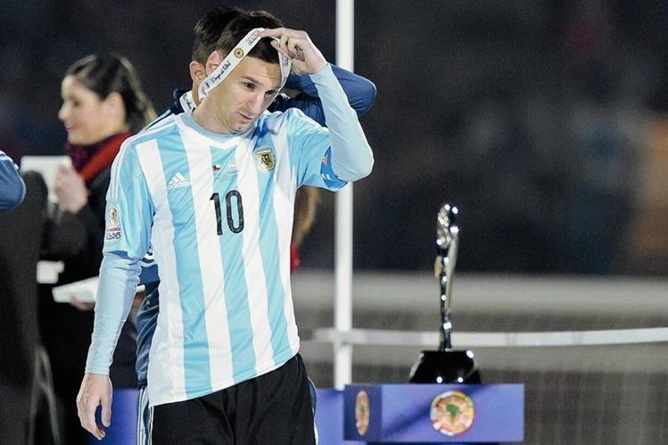 Lionel Messi se quita la medalla del segundo lugar, luego de perder la final de la Copa América contra Chile (Foto Prensa Libre: AFP)
