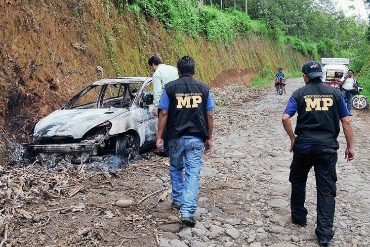 Peritos del MP llevan a cabo la investigación acerca de un vehículo quemado en Coatepeque, Quetzaltenango. (Foto Prensa Libre: Alexánder Coyoy)