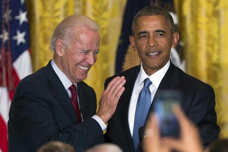 Joe Biden, (izquierda), con Barack Obama, durante una actividad pública. (Foto Prensa Libre: AFP).
