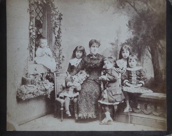 ¿Quién de las dos niñas es Elena Barrios? Tanto la de la izquierda atrás como la de la derecha tienen similares edades.
