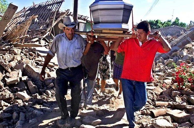 Pobladores transportan el féretro de un familiar muerto en el sismo del 13 de febrero en Verapaz, El Salvador. (Foto: AFP)