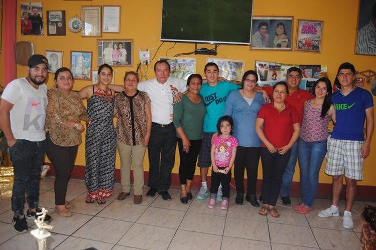 La familia de León compartió con los jugadores de Municipal, Frank y Maynor en su tierra, La Montañita. (Foto Prensa Libre: Aroldo Marroquín)