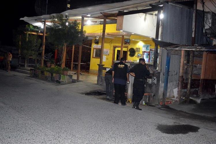Peritos del Ministerio Público recaban evidencias en la escena de crimen contra mujer, en Puerto Barrios, Izabal. (Foto Prensa Libre: Dony Stewart)