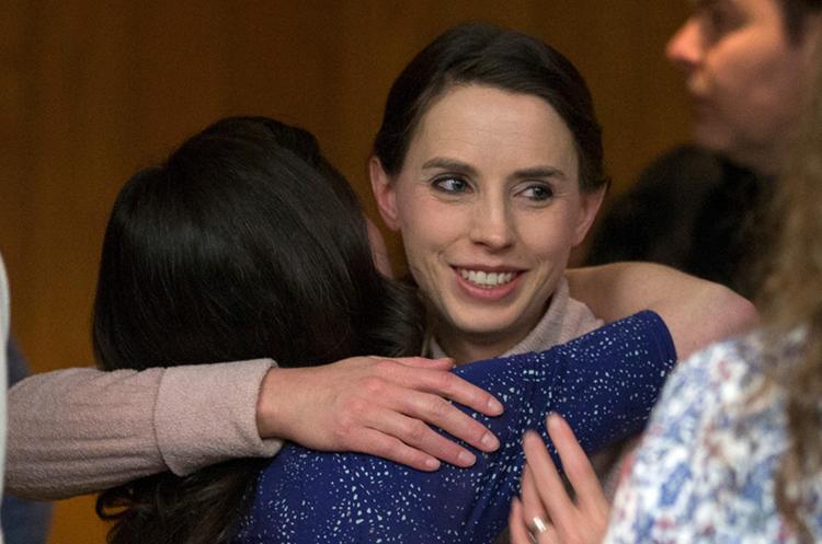 Rachael Denhollander, derecha, abraza a Larissa Boyce, luego de haber escuchado la sentencia a Nassar. (Foto Prensa Libre: AFP)