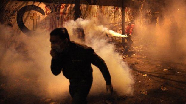 Durante unas protestas en la Plaza Tahrir, El Cairo, en noviembre de 2011, los manifestantes fueron dispersados con gas lacrimógeno. GETTY IMAGES