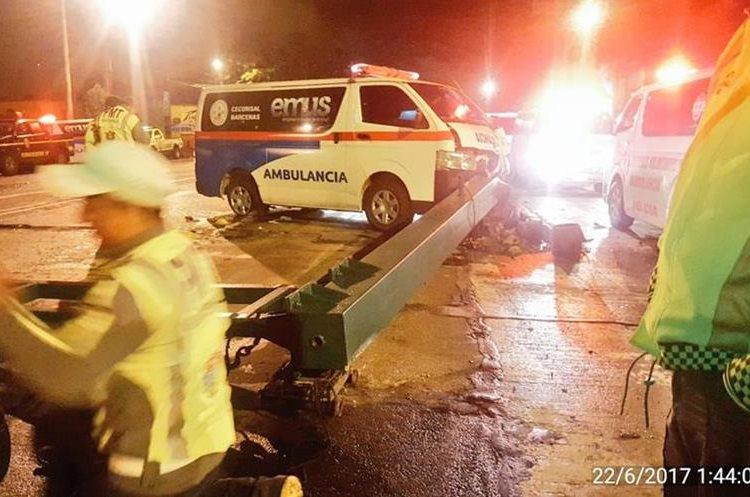 Ambulancia colisionó contra semáforo en la avenida Bolívar zona 8. (Foto Prensa Libre: Amílcar Montejo)