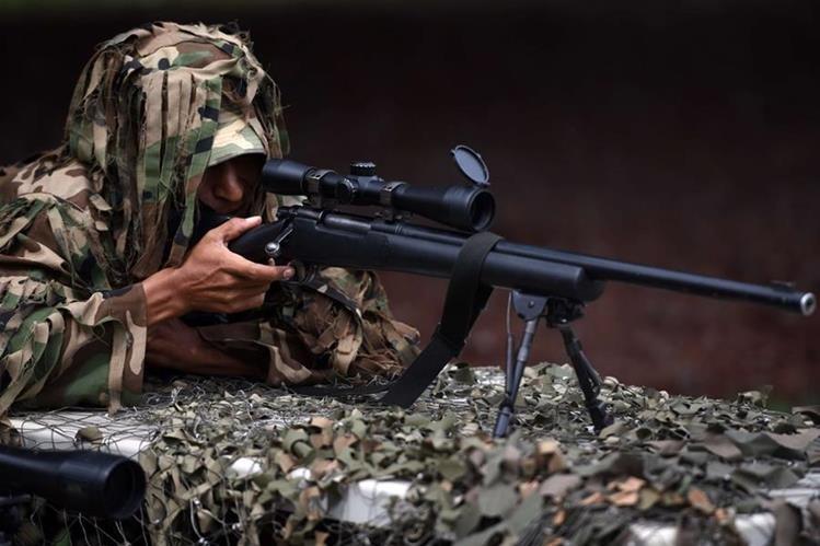 Un soldado apunta a un objetivo, durante una práctica de las Fuerzas Especiales de Reacción del Ejército salvadoreño que se alista para enfrentar a las pandillas. (Foto Prensa Li bre. AFP).