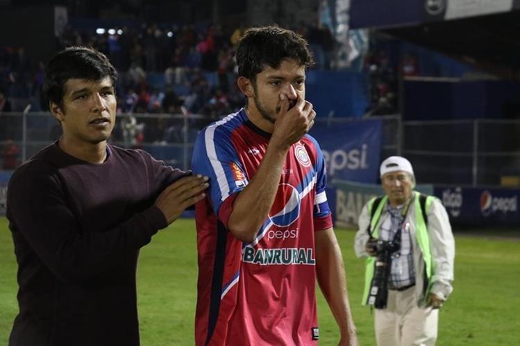 Jugadores del Xelajú MC salieron afectados por no haber conseguido el pase a las semifinales del torneo Apertura 2017. (Foto Prensa Libre: Raúl Juárez)