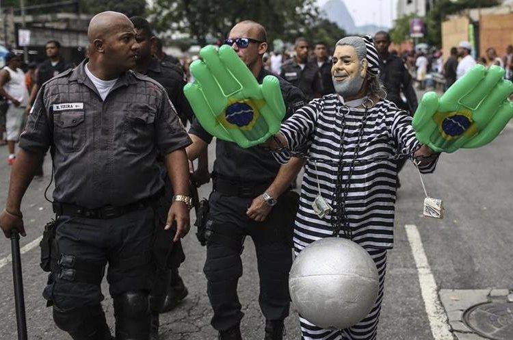 """BRA04 RIO DE JANEIRO (BRASIL), 06/02/2016.- Miembros de la comparsa """"Cordão do Bola Preta"""", una de las más grandes de mundo se presentan hoy, sábado 6 de febrero de 2016, en el primer día de carnaval en Río de Janeiro (Brasil). Río de Janeiro pasó la noche en vela, de fiesta, y muchos cariocas y turistas madrugaron hoy para dedicarse en cuerpo y alma a la juerga de los """"blocos"""", las bandas callejeras que dan vida al carnaval. EFE/ Antonio Lacerda."""