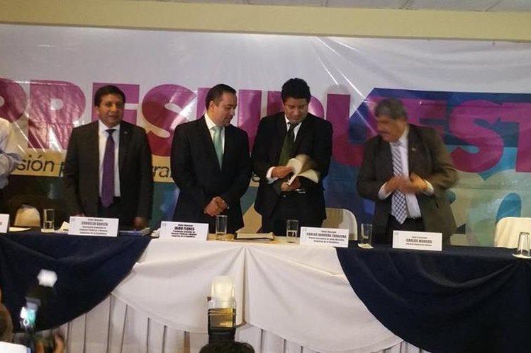 Integrantes de la Comisión de Finanzas presentan el dictamen favorable al Presupuesto 2017. (Foto Prensa Libre: Jessica Gramajo)
