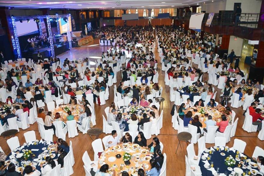 El color naranja destaca en cada mesa y en todo el salón donde se celebró el evento. (Foto Prensa Libre: Tomada de Facebook)
