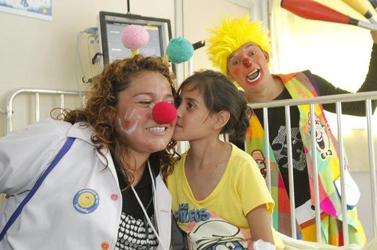 Voluntarios de Fabrica de Sonrisas visitan hospitales para hacer más ligero el peso de las enfermedades a los pacientes.
