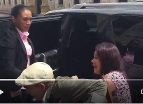 Momento en el que la fiscal Ana Carmelita Hernández Rivera agrede al anciano. (Foto Prensa Libre: @Vozdeltuit)