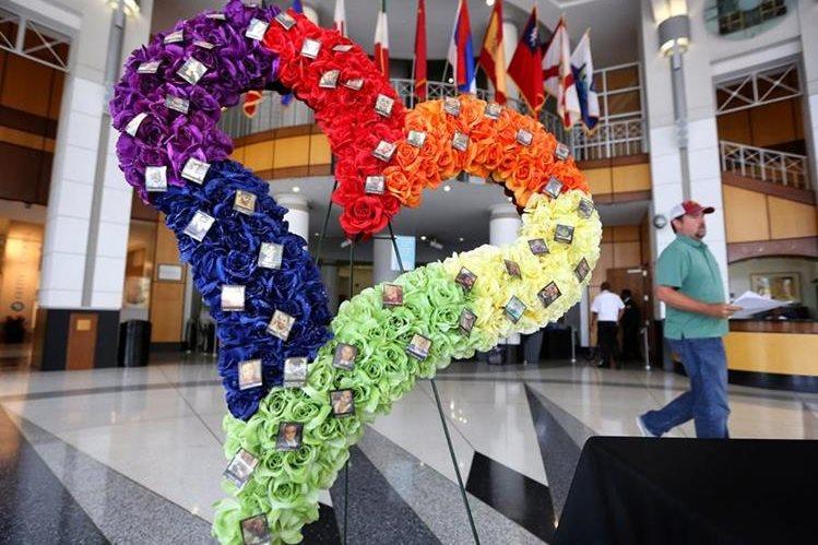 Una corona de flores en forma de corazón con imágenes de las víctimas es exhibida en el ayuntamiento de Orlando. (Foto Prensa Libre: AP).