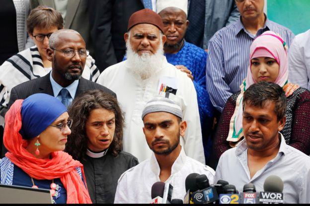 Saif Akonjee (centro), declaró ante los medios luego de que su padre, el imán Maulana Alauddin Akonjee murió a balazos junto a su asistente afuera de una mezquita en Queens, Nueva York. AP